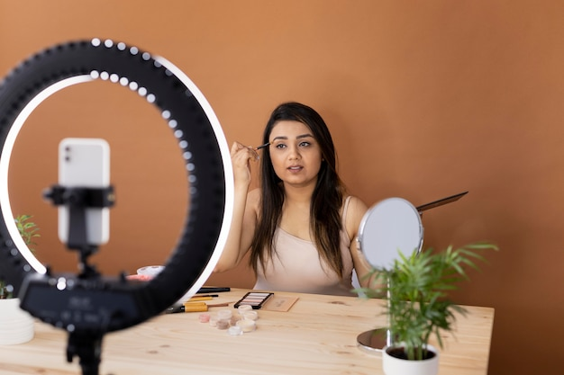 Визажист ведет видеоблог со своими уроками