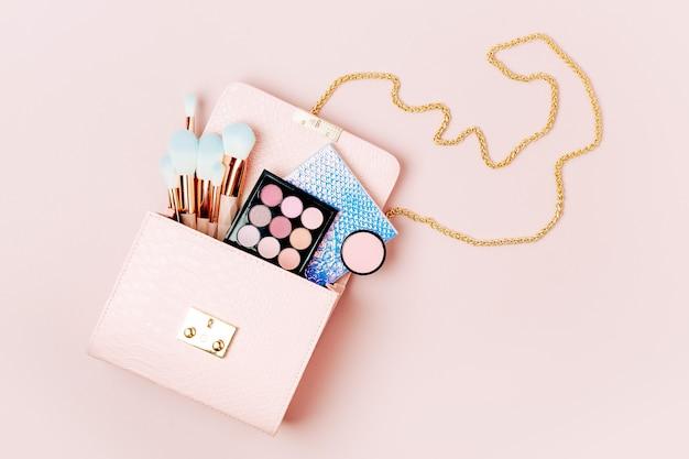 美容製品が入った化粧ポーチ。フラットレイ、上面図。美容とファッションのコンセプト