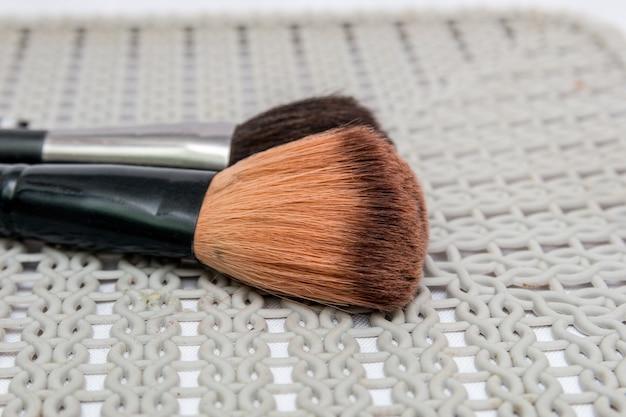 Кисть для макияжа с белым фоном в рио-де-жанейро, бразилия.