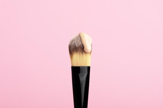얼굴 파운데이션 한 방울이있는 메이크업 브러쉬