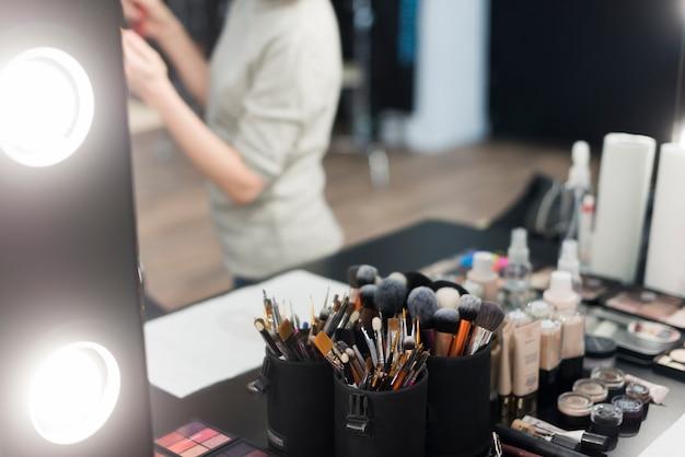 Косметические щетки и косметика возле зеркала