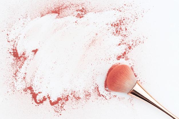 パウダーでテーブルの上の化粧ブラシ。