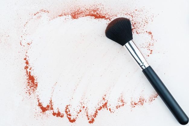 カラフルな顔料パウダーと白い背景の上の化粧ブラシ