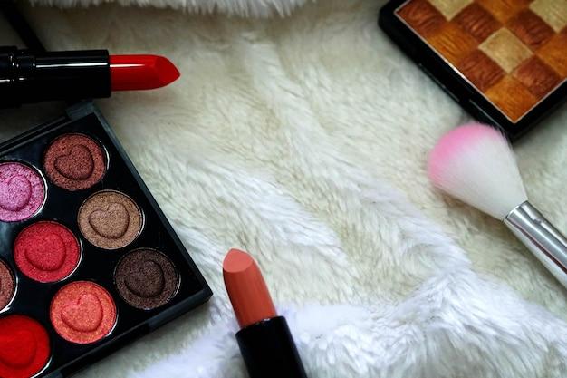 메이크업 화장품 아름다운 아이섀도우 브러쉬온과 립스틱