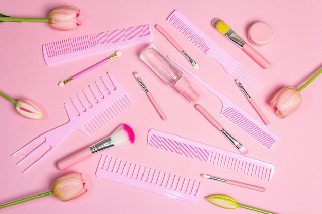 ピンクのメイクアップ化粧品セットとヘアコーム。