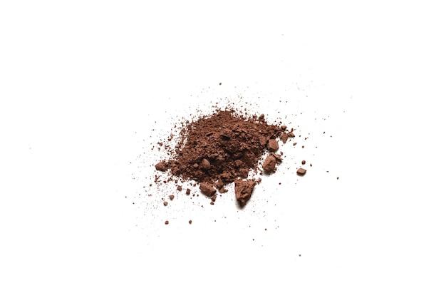 Косметика для макияжа. тени для век коричневого цвета измельченной палитры, красочная пудра теней для век на белом фоне