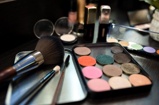 化粧道具。マスカラと影。