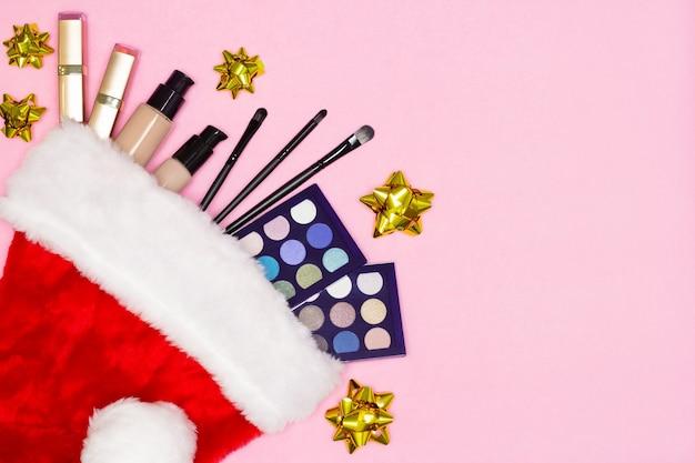 クリスマスとお正月のプレゼントコンセプトとしてサンタ帽子メイク化粧品をセットしたメイクアップ商品