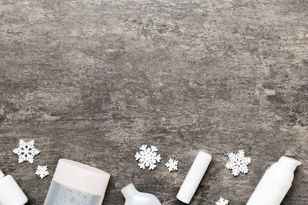 色の背景に化粧品やクリスマスの飾り。上面図コピースペースと新年の美しさの概念