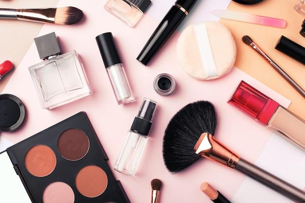 マルチカラーの背景、フラットレイのメイクアップ製品や化粧品。ファッションと美容のブログのコンセプト。上面図