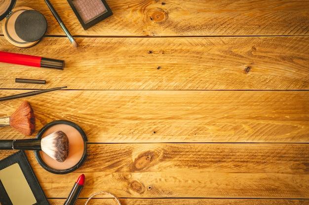 Косметика на деревянном столе с копией пространства.