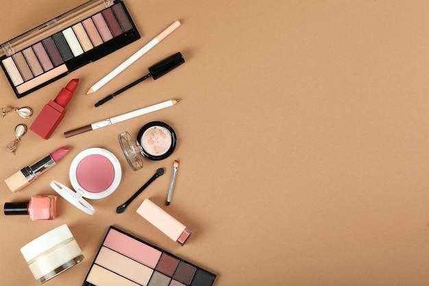 色の背景の上面図のメイクアップ製品