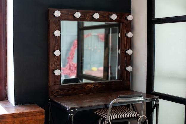 거울과 전구가있는 메이크업 스테이션
