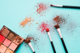 化粧道具とアイシャドウ
