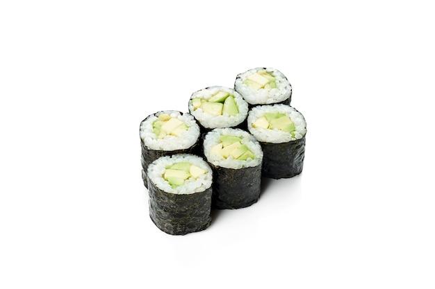 Маки суши-ролл с авокадо. классическая японская кухня. доставка еды. изолированные на белом.