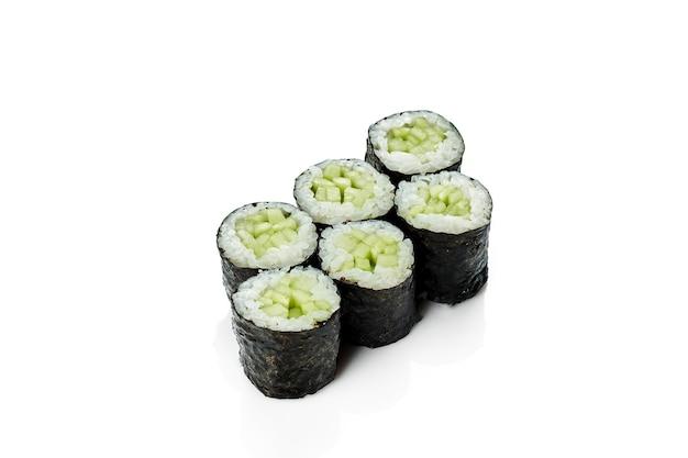 きゅうり巻き巻き寿司。クラシックな日本料理。食品デリバリー。白で隔離。