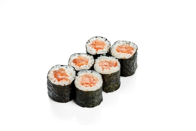 鮭巻き巻き寿司。クラシックな日本料理。食品デリバリー。白で隔離。