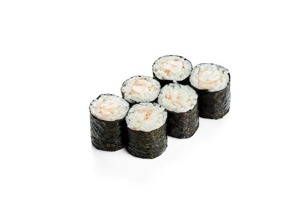 エビ巻き巻き寿司。クラシックな日本料理。食品デリバリー。白で隔離。