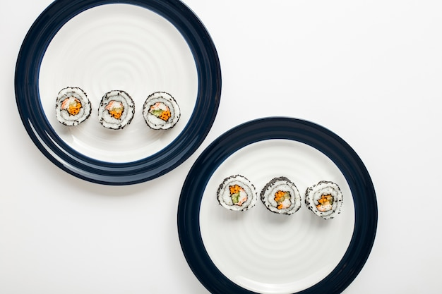 Маки суши роллы на тарелках