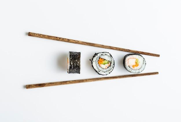 Rotoli di sushi maki con le bacchette