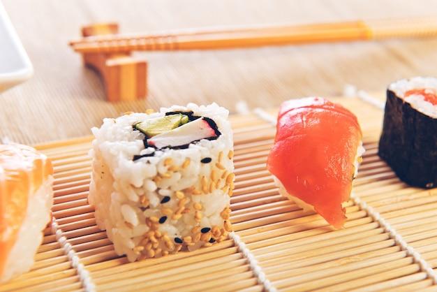 Маки суши на деревянном фоне
