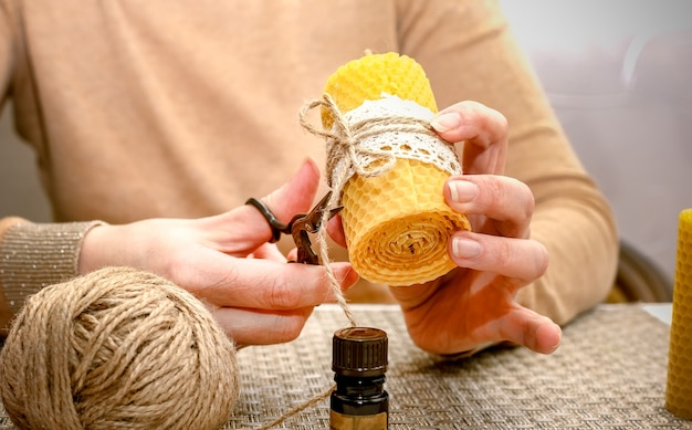 Делаем свечу из тарелки из пчелиного воска. процесс изготовления восковых свечей своими руками.