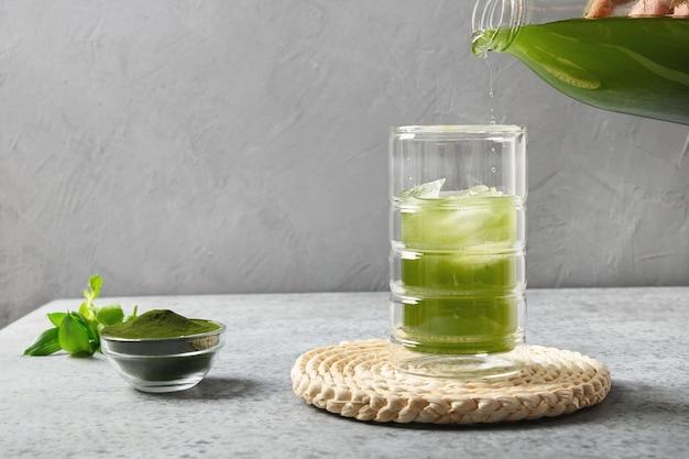 아이스 큐브로 클로렐라 음료 만들기.