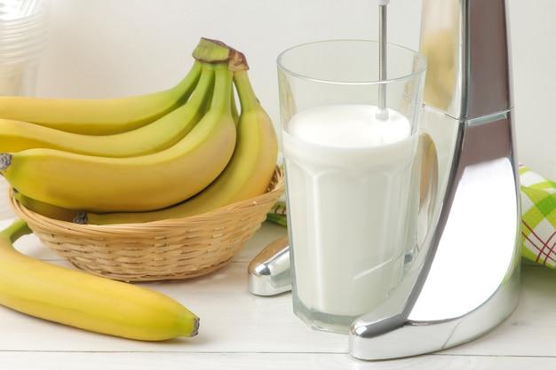 ミルクセーキを作る。ミルクセーキとバナナ用のミキサー。バナナミルクシェイク
