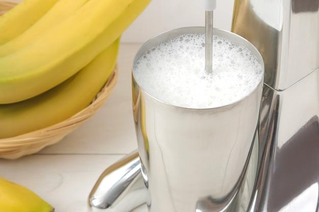ミルクセーキを作る。ミルクセーキとバナナ用のミキサー。閉じる