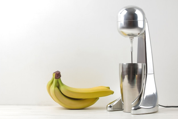 ミルクセーキを作る。ミルクセーキとバナナ用のミキサー。フリースペース。