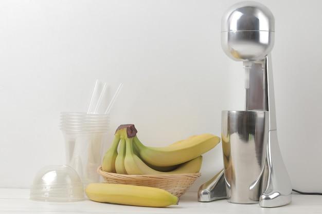 ミルクセーキを作る。ミルクセーキ、使い捨てカップ、バナナ用ミキサー。フリースペース。