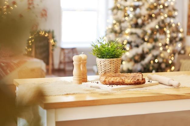 パイを作る。お祝いのディナー。クリスマスの御馳走。料理人はペストリーを準備します