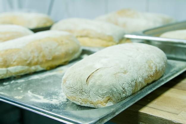 빵집에서 빵 시아 바타 만들기. 요리 과정.