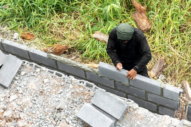マンパワーで安全な家のためのレンガ壁柵を作る