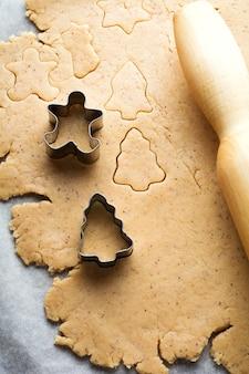 クリスマス用のベーキング生地とクッキーカッターを作ります。選択と集中。トップ ビュー。