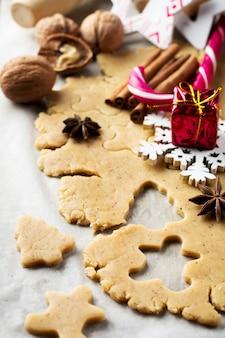 クリスマスのベーキング生地とクッキーカッターを作る