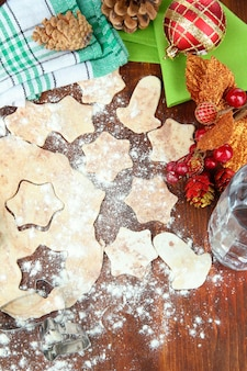 나무 테이블에 크리스마스 쿠키 만들기