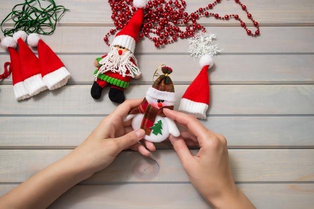 木製のテーブルで手作りのクリスマスツリーのおもちゃを作る