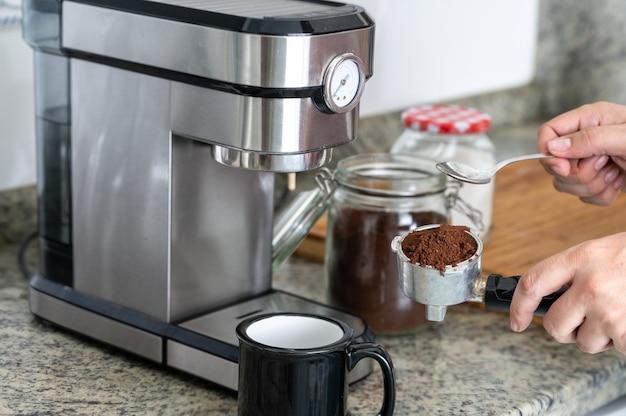 フィルターにコーヒーを入れてエスプレッソマシンで自宅でコーヒーを作る。