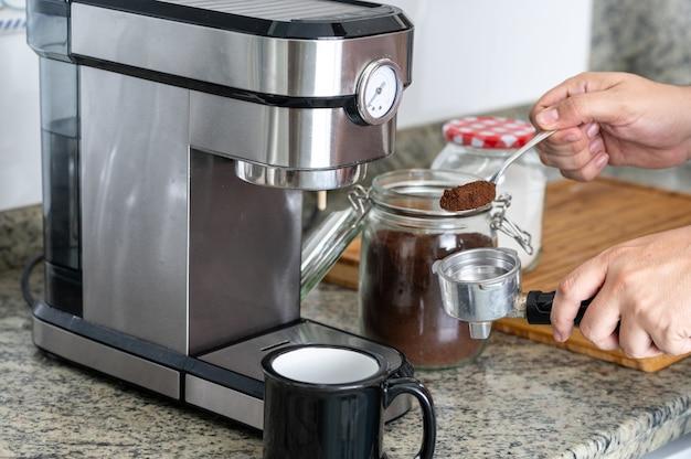 エスプレッソマシンで自宅でコーヒーを作る。