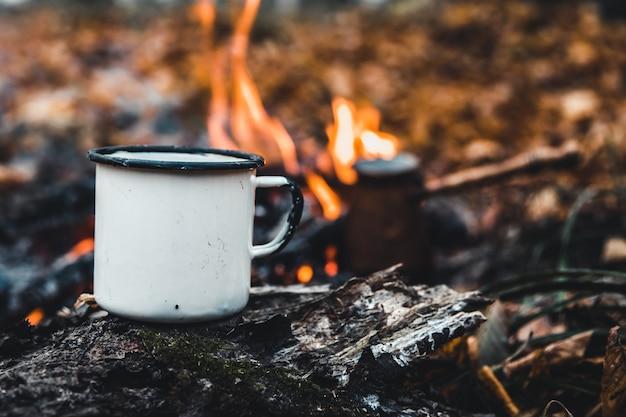 위험에 처한 커피를 만들고 있습니다. 자연의 불 위에서 커피나 차를 만드십시오. 불을 태웠다. 불을 위한 장소. 재와 석탄.