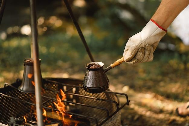 스테이크에서 커피 만들기 자연 관광 장비의 불에 커피 또는 차 만들기