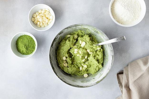 Приготовление печенья, пирожных с зеленым чаем матча и шоколадной стружкой