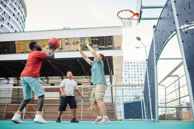 バスケットボールでフープの下でカットを作る