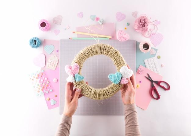 Diy 프로젝트 만들기. 뜨개질 장식. 공예 도구 및 용품. 시즌 홈 발렌타인 데이 장식.