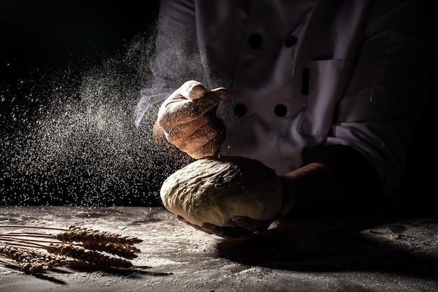 パン屋または自宅で手で生地を作る