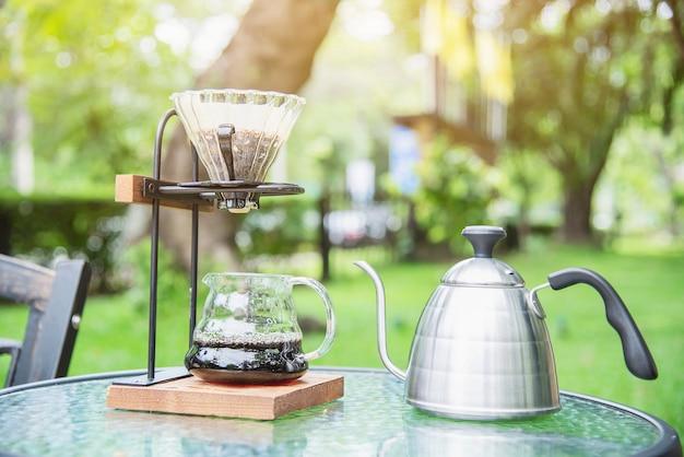 緑豊かな庭園の自然とビンテージコーヒーショップでドリップコーヒーを作る