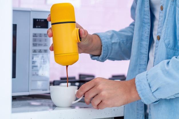 집에서 손 미니 커피 메이커로 에스프레소 만들기