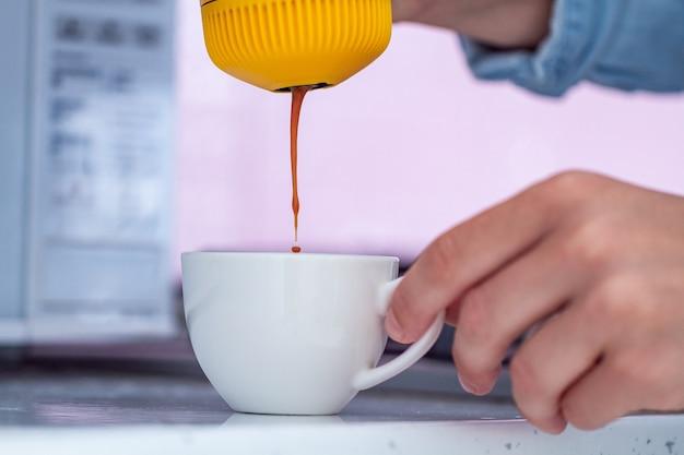 집에서 미니 커피 메이커로 에스프레소 만들기