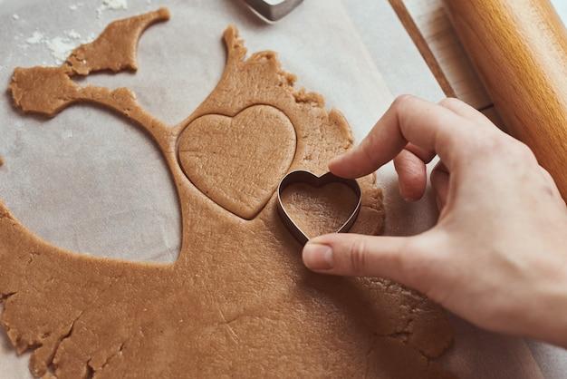 ハートの形をしたジンジャーブレッドクッキーを作る